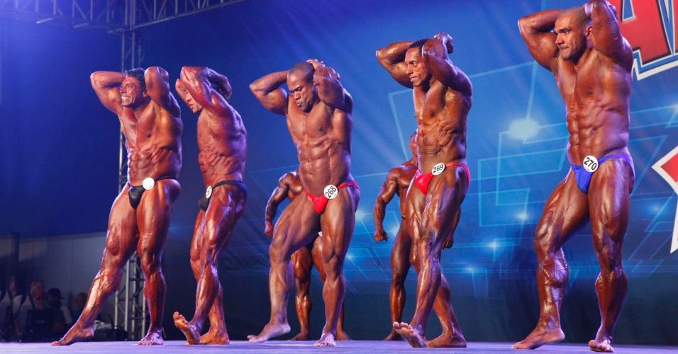 28.abr.2013 - Homens posam para avaliação em competição de fisiculturismo no  Arnold Classic 2013, no Rio