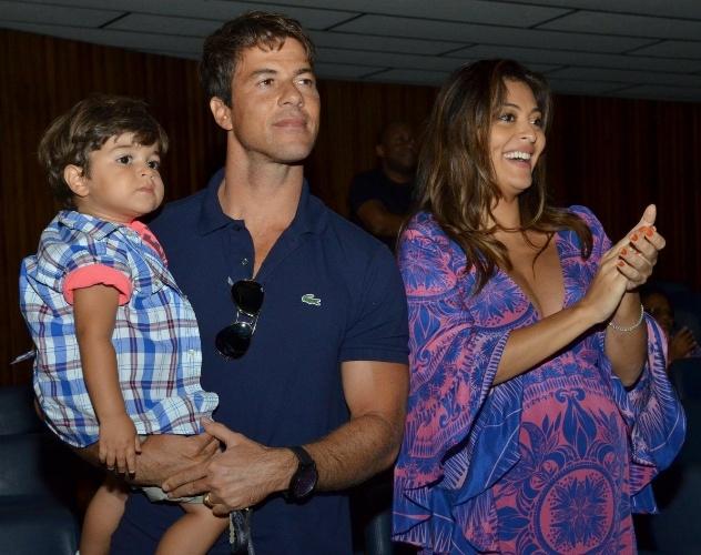 """28.abr.2013 - Juliana Paes assiste o musical """"Shrek""""com o marido e o filho, Pedro. A atriz está grávida de sete meses de seu segundo filho, que se chamará Antônio"""