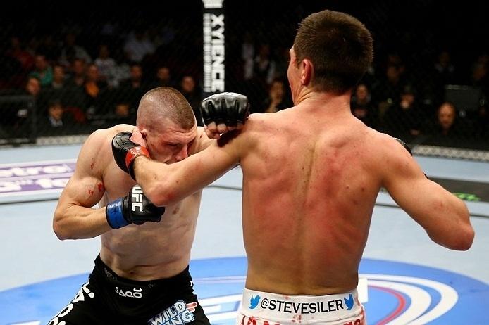 28.abr.2013  - Kurt Holobaugh tenta o soco contra Steven Siler no duelo de pesos-penas no UFC 159