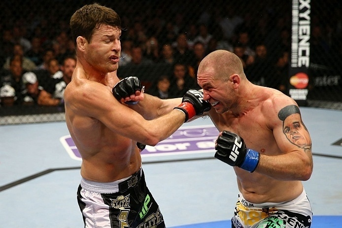 28.abr.2013 - Michael Bisping (e.) troca socos com Alan Belcher em duelo do UFC 159