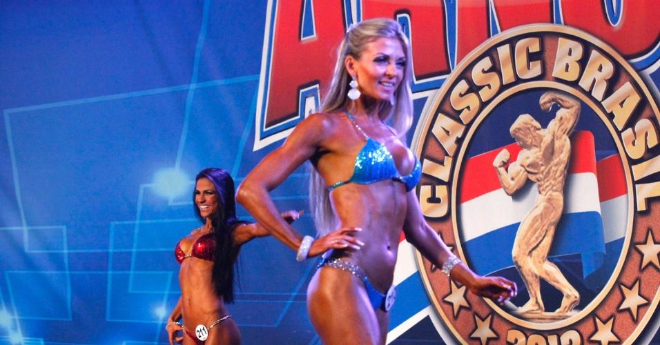 28.abr2013 - Mulheres desfilam de biquíni para avaliação de jurados em competição de fisiculturismo no  Arnold Classic 2013, no Rio
