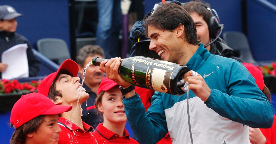 28.ABR.2013 - Nadal dá espumante para jovem gandula após conquistar seu oitavo título no Torneio de Barcelona