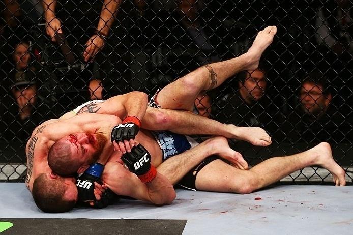 28.abr.2013 - Pat Healy tenta golpe contra Jim Miller durante luta do UFC 159, em Nova Jersey