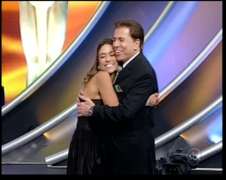 28.abr.2013 - Patricia Abravanel abraça o pai, Silvio Santos, durante a edição do Troféu Imprensa 2013