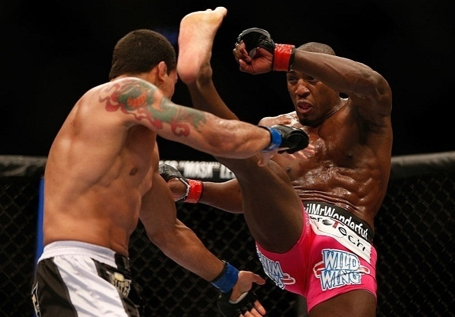 28.abr.2013 - Phil Davis chuta Vinny Magalhaes em duelo do UFC 159