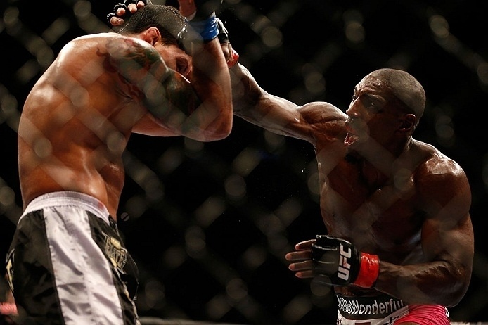 28.abr.2013 - Phil Davis soca Vinny Magalhaes em duelo do UFC 159