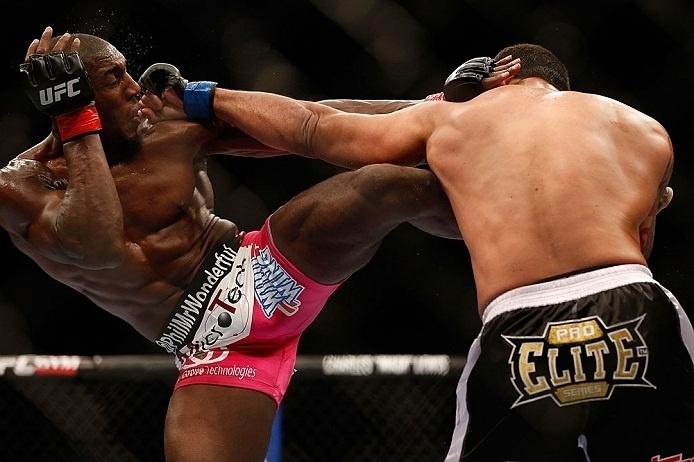 28.abr.2013 - Phil Davis tenta golpe contra Vinny Magalhaes em duelo do UFC 159