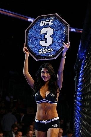 28.abr.2013  - Ringl Girl Arianny Celeste anuncia terceiro round na luta entre  Kurt Holobaugh e Steven Siler no UFC 159