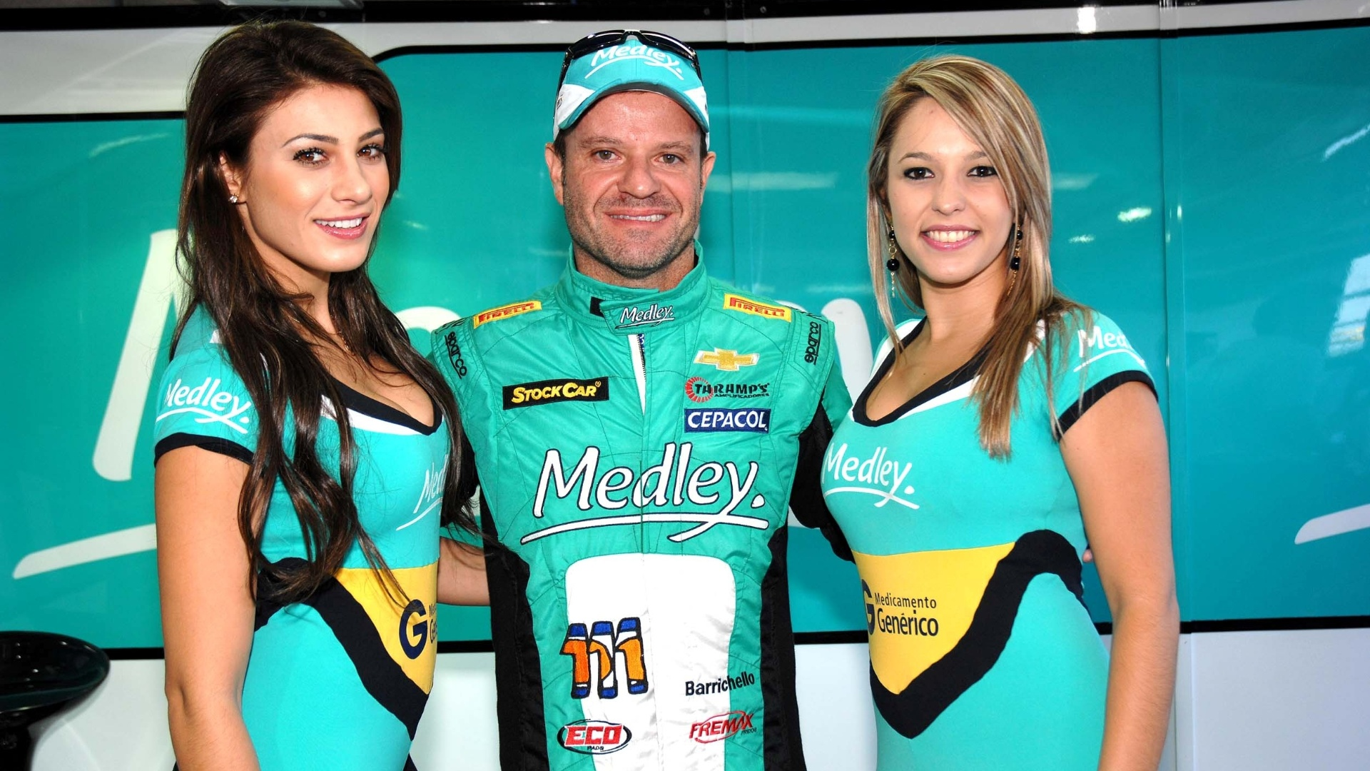 28.abr.2013 - Rubens Barrichello, 20 colocado na prova da Stock Car em tarum, posa com grid girls
