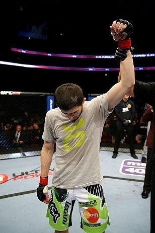 28.abr.2013 - Rustam Khabilov é anunciado vencedor da luta contra Yancy Medeiros, que se lesionou