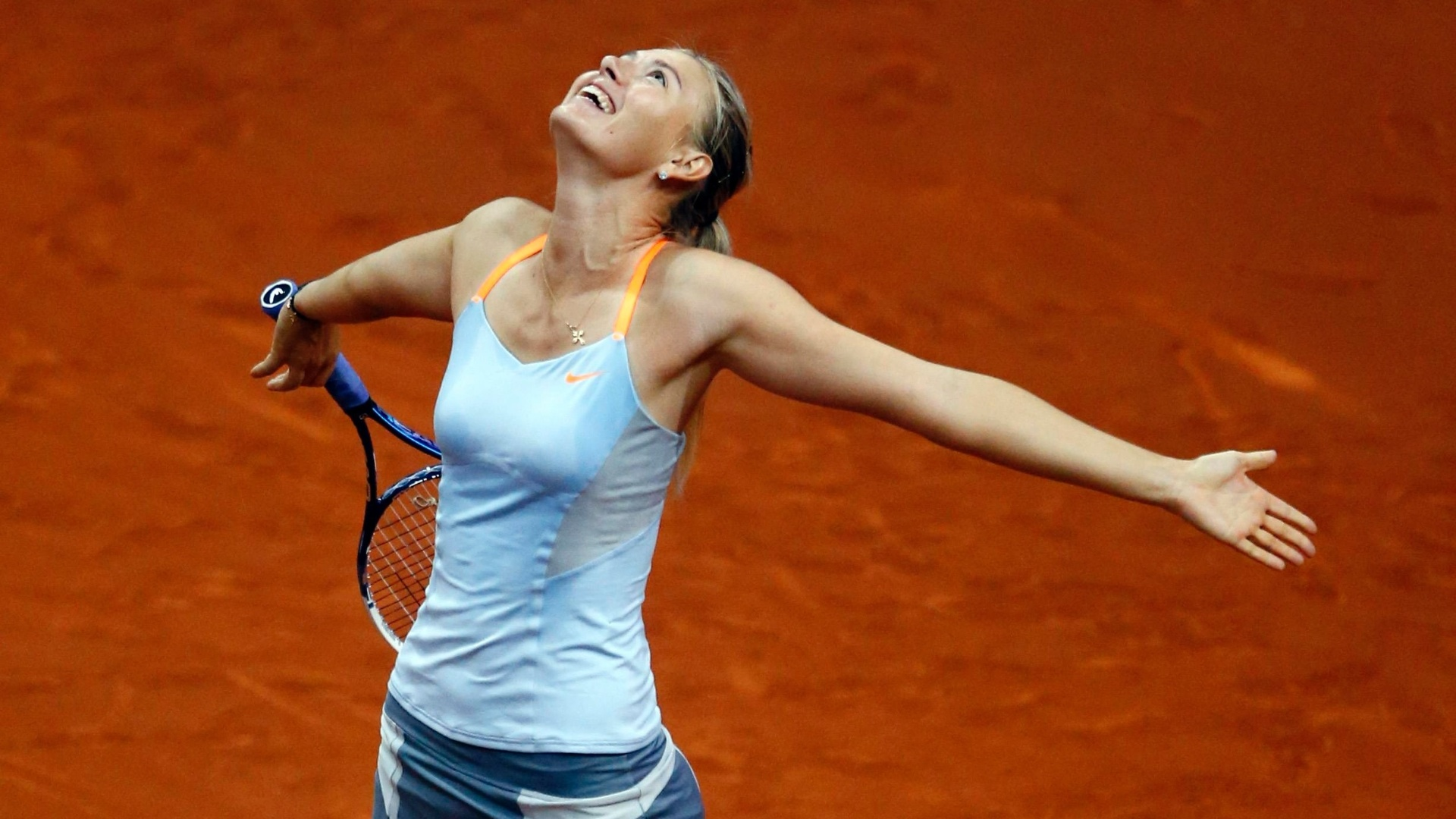 28.abr.2013 - Sharapova comemora aps vencer a chinesa Na Li por dois sets a 0 e se sagrar campe do Torneio de Stuttgart, na Alemanha