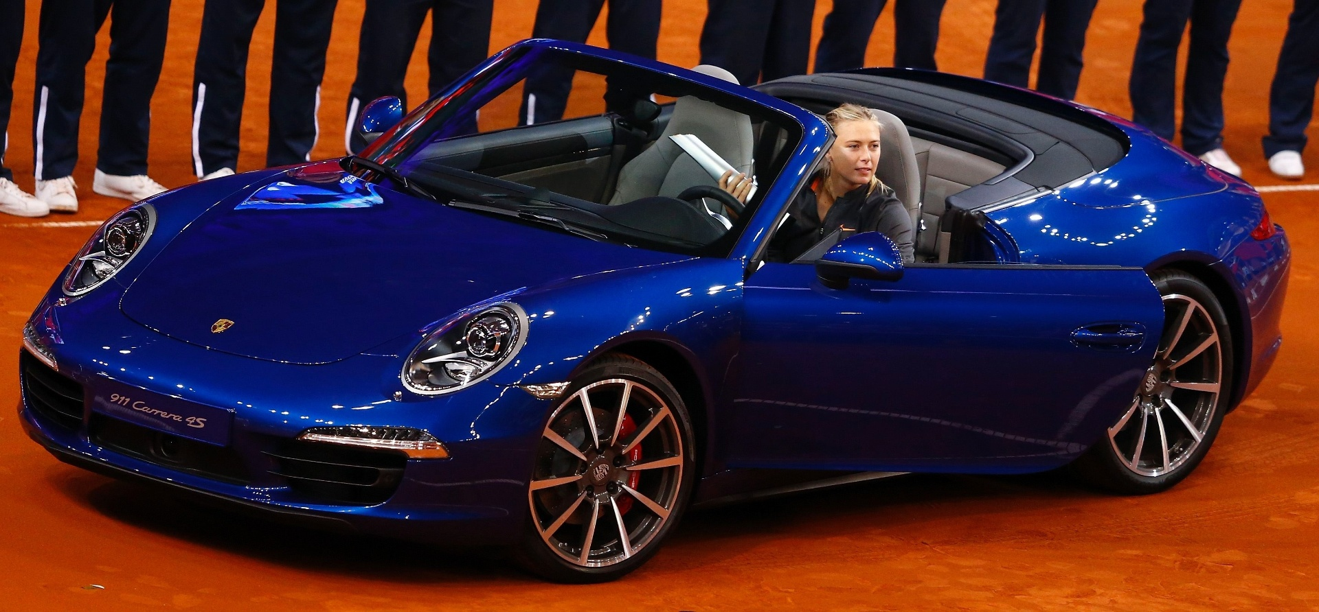 28.abr.2013 - Sharapova testa Porsche 911 4S que ganhou aps vencer a final do Torneio de Stuttgart, na Alemanha