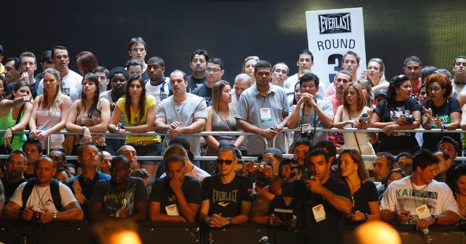 28.abr.2013 - Torcedores aguardam pelo início de competição de fisiculturismo no Arnold Classic 2013, realizado no Rio de Janeiro