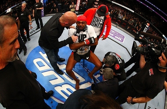 28.abr.2013 - Usando o cinturão dos meio-pesados, Jon Jones dá entrevista após vencer Chael Sonnen no UFC 159