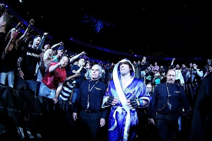 Chael Sonnen entra no octógono para luta contra Jon Jones no melhor estilo boxeador