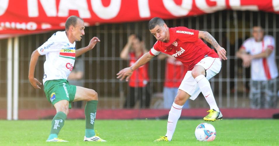 D'Alessandro tenta passar pela marcação durante Inter x Veranópolis (28/04/13)