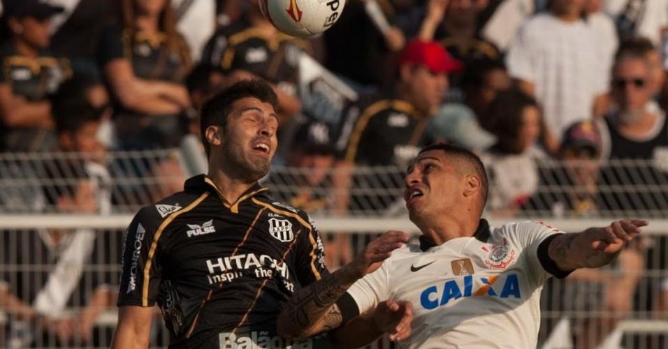 Diego Sacoman e Guerrero disputam jogada pelo alto