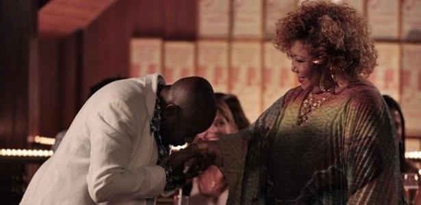 """Em """"Salve Jorge"""", Alcione dedica música a Pescoço e Delzuite na gafieira e acaba unindo o casal"""
