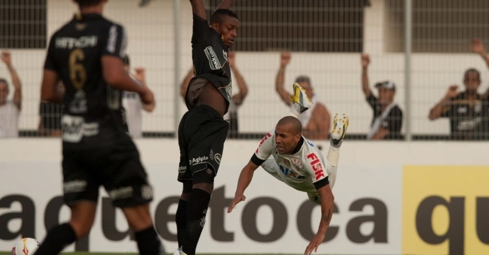 Emerson salta durante duelo do Corinthians contra a Ponte, em Campinas