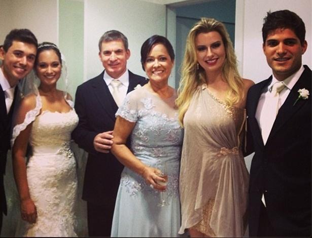 Ex-BBB André posa ao lado da família e da namorada, a ex-BBB Fernanda