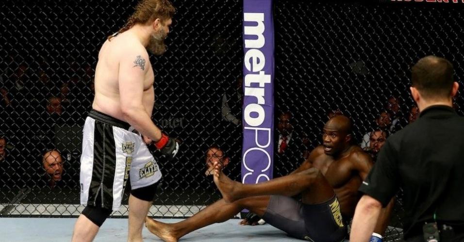 Gordinho Roy Nelson nocauteou o gigante Cheick Kongo no primeiro round no UFC 159