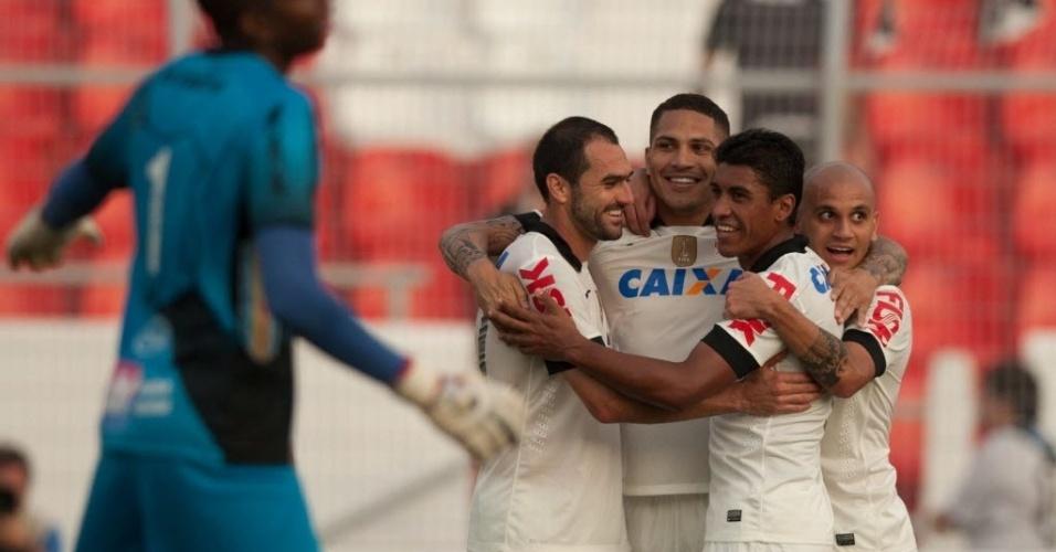 Guerrero marcou o terceiro gol do Corinthians no jogo e é abraçado pelos atletas do time