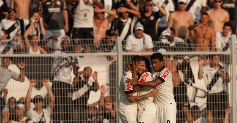 Jogadores corintianos celebram gol marcado por Romarinho em partida válida pelas quartas do Paulistão