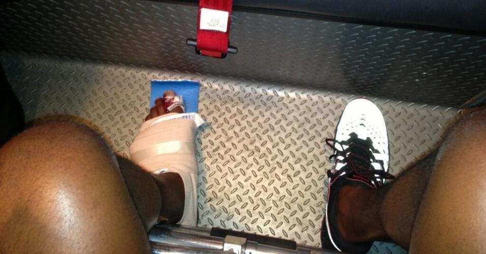 Jon Jones posta foto do seu dedão, imobilizado após uma grave lesão no UFC 159