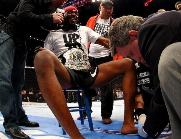 Jon Jones precisa dar entrevista sentado após quebrar dedo do pé em vitória sobre Chael Sonnen