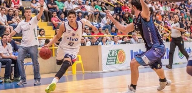 Léo Meindl (esq), de Franca, parte para cima de Pilar durante vitória por 72 a 69 sobre Bauru, pelas quartas de final do NBB