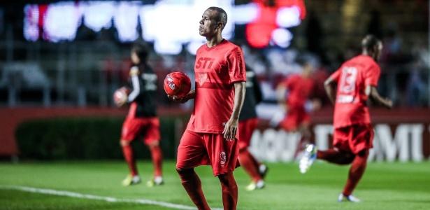 """Luis Fabiano veste uniforme, conforme campanha """"Vermelho, a cor da raça"""""""