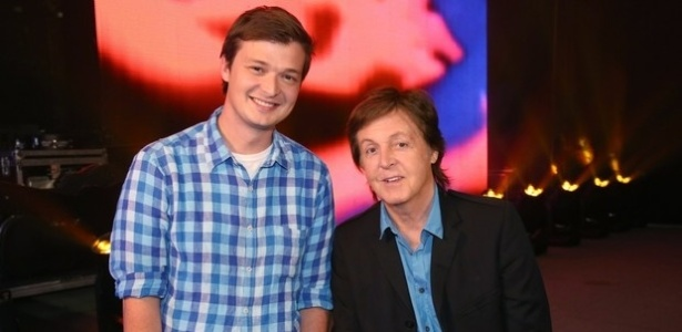 O ex-Beatle Paul McCartney ao lado do repórter Felipe Santana, do