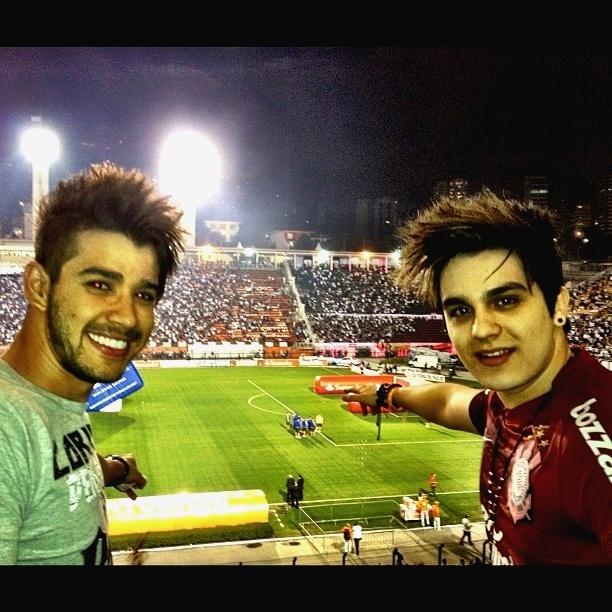 27.abr.2013 - Os sertanejos Gusttavo Lima e Luan Santana assistem juntos a uma partida do time paulistano Corinthians no estádio do Pacaembu, em São Paulo.