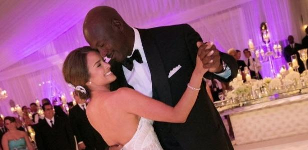 27.abr.2013: Michael Jordan dança com Yvette Prieto, durante sua festa de casamento com a ex-modelo, em um luxuoso campo de golfe em Miami
