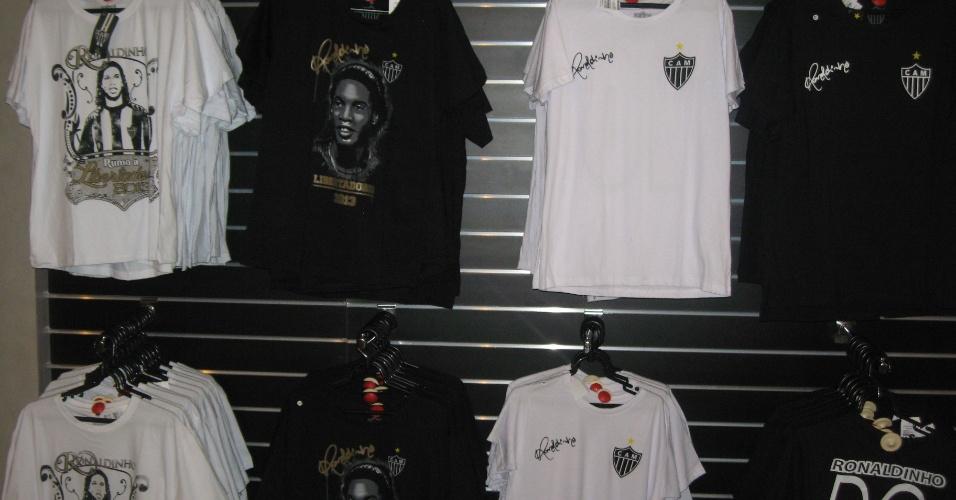 29/04/2013 - Camisas e camisetas com o nome e o rosto de Ronaldinho gaúcho foram lançadas na Loja do Galo