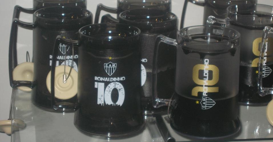 29/04/2013 - Canecas com o nome de Ronaldinho Gaúcho integram a linha de produtos da marca R10