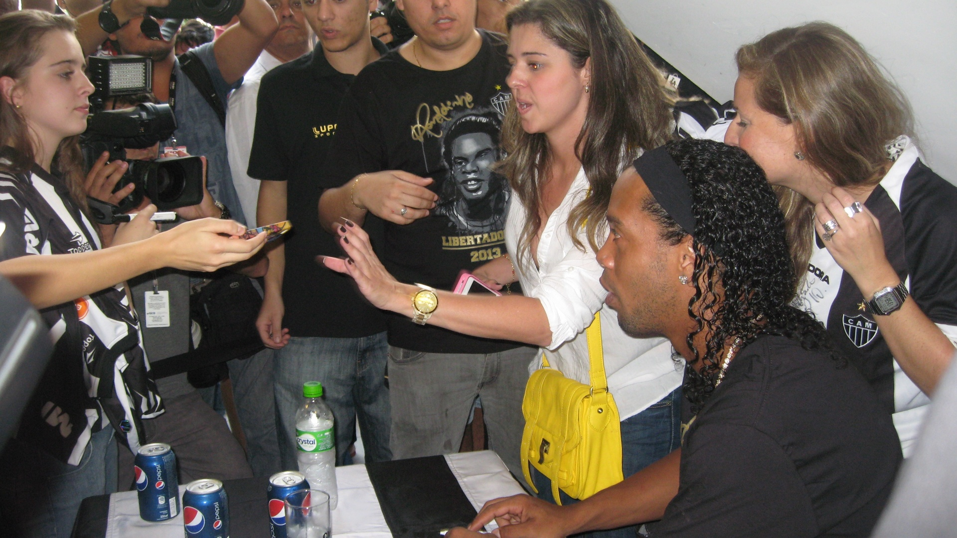 29/04/2013 - Ronaldinho Gacho cercado por fs durante lanamento de produtos com sua marca