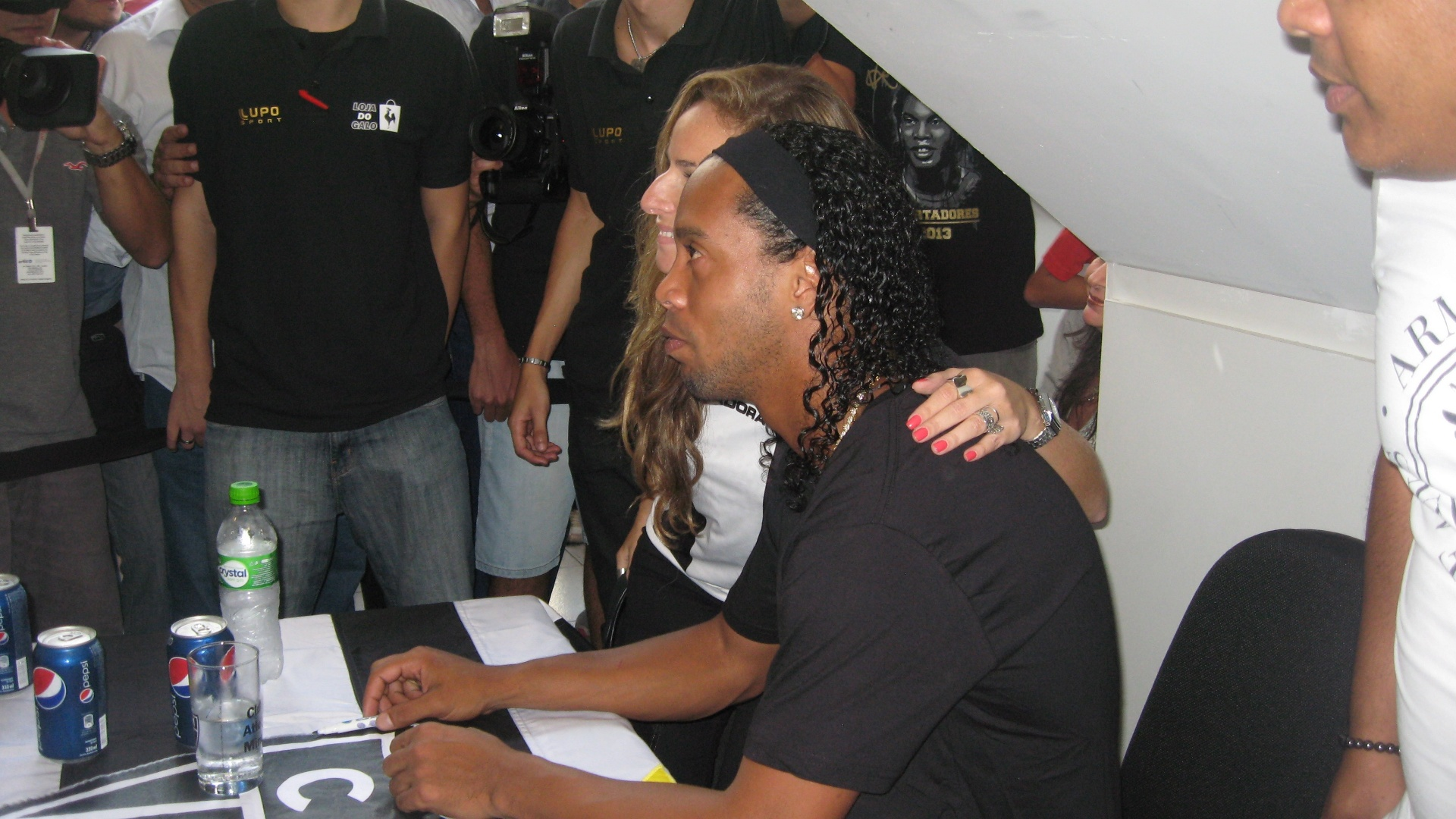 29/04/2013 - Ronaldinho Gacho posou para fotos com torcedores e fs em BH
