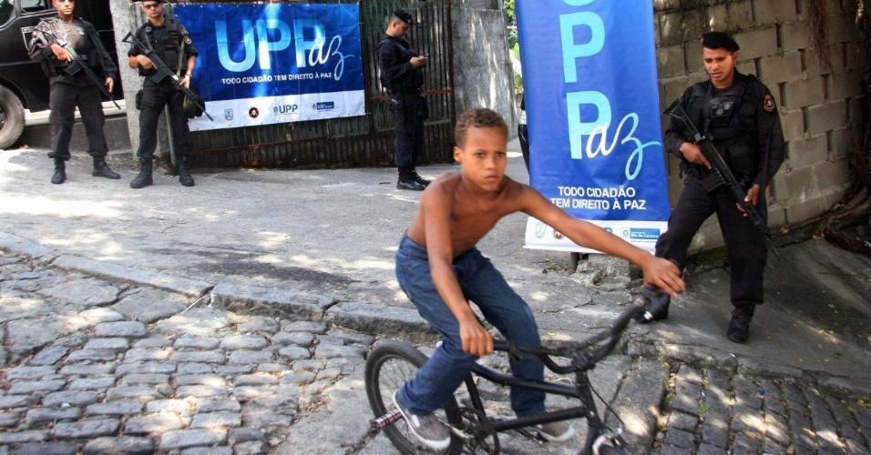 29.abr.2013 - Criança anda de bicicleta após operação da Polícia Militar de ocupação das favelas Cerro-Corá, Guararapes e Vila Cândido, no Cosme Velho, para a instalação da 33ª UPP (Unidade de Polícia Pacificadora) do Rio de Janeiro