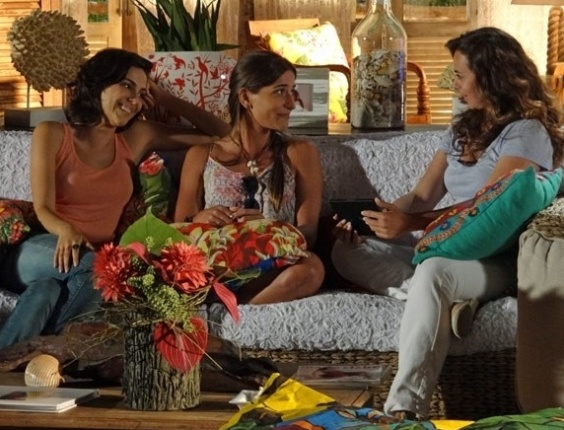 """29.abr.2013 - Em """"Flor do Caribe"""", Mila sugere que Carol fique com Juliano, sem saber que ele namora a mãe"""