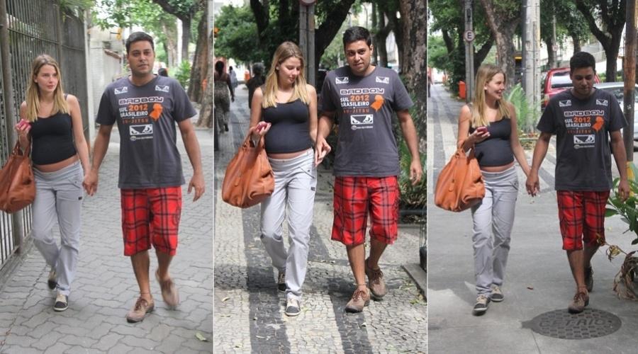 29.abr.2013 - Grávida de sete meses, Debby Lagranha visitou uma clínica na zona norte do Rio. A atriz estava acompanhada do marido, Leandro Franco