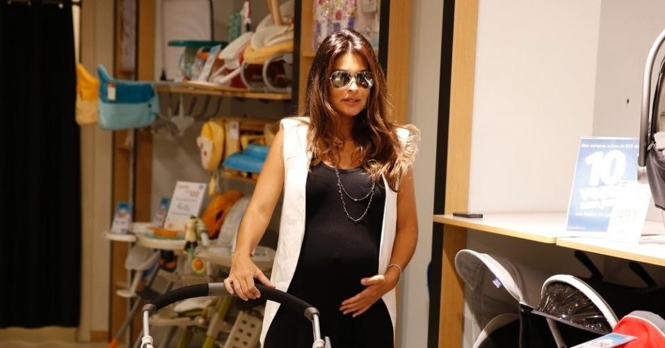 29.abr.2013 - Grávida de sete meses, Juliana Paes aproveita a manhã desta segunda-feira, 29, para fazer compras em um shopping. A atriz ficou encantanda com um carrinho para o seu bebê, Antônio