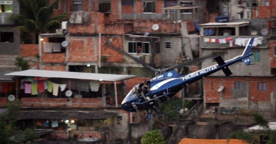 29.abr.2013 - Helicóptero da PM apoia a ocupação da comunidade do Cerro Corá, no Cosme Velho, zona sul do Rio de Janeiro. De acordo com a corporação, roubos a transeuntes a bordo de motos e de veículos eram os crimes mais frequentes na localidade