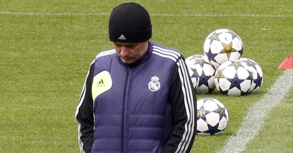 29.abr.2013 - José Mourinho caminha pelo gramado do centro de treinamentos do Real Madrid em Valdebebas