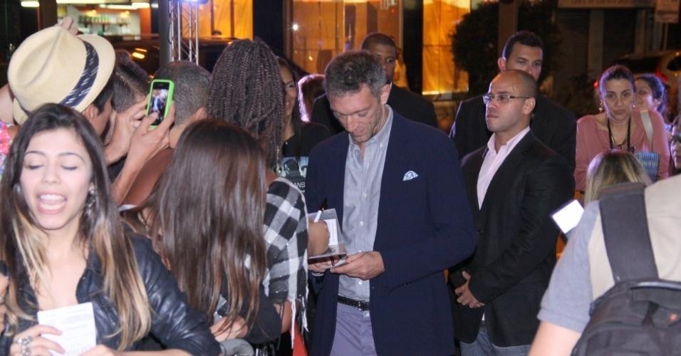 """29.abr.2013 -  O ator Vincent Cassel distribui autógrafos durante o lançamento de seu filme """"Em Transe"""", no cine Leblon, no Rio"""