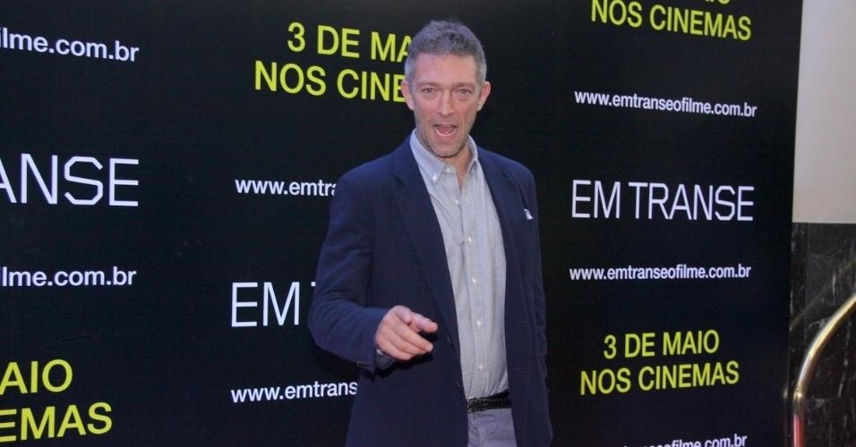 """29.abr.2013 -  O ator Vincent Cassel posa para fotógrafos durante o lançamento de seu filme """"Em Transe"""", no cine Leblon, no Rio"""