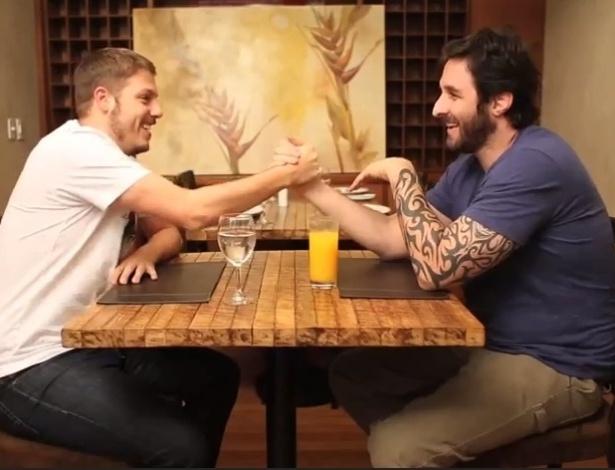 29.abr.2013 - O humorista Fabio Porchat concede entrevista para Rafinha Bastos