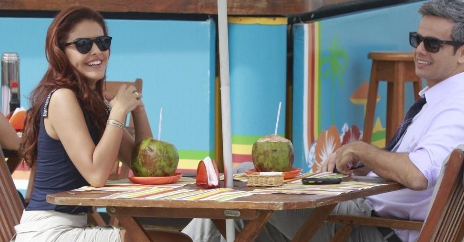 """29.abr.2013 - Paloma Bernardi e Otaviano Costa gravam cenas da novela """"Salve Jorge"""" na orla da Barra da Tijuca, no Rio de Janeiro. Na trama, eles interpretam a traficada Rosângela e o advogado Haroldo"""