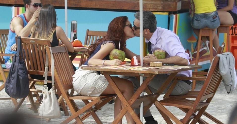 29.abr.2013 - Paloma Bernardi e Otaviano Costa se beijam durante gravações
