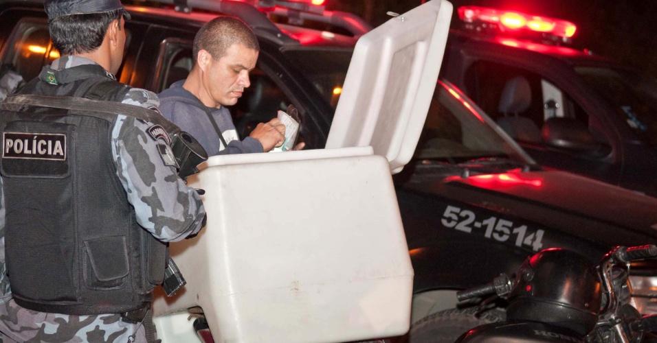 29.abr.2013 - Policial aborda morador durante ocupação da favela Cerro-Corá, no Cosme Velho, zona sul do Rio de Janeiro. Em 30 minutos, a PM ocupou a favela e outras duas comunidades menores, para dar início à instalação de uma UPP (Unidade de Polícia Pacificadora) na região